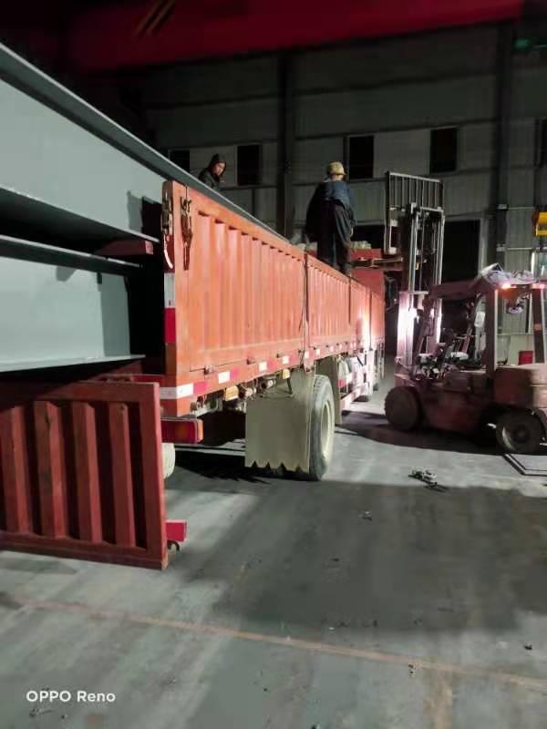 2021年1月19日晚间,员工加班完成南津关观景平台产品的发货工作